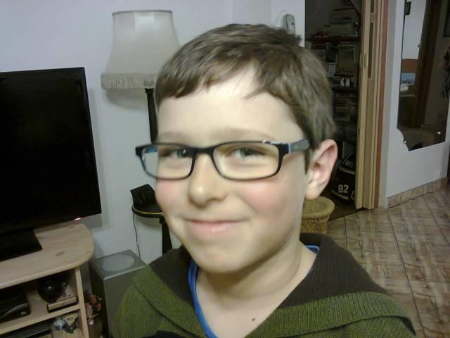 Ari are ochelari de vedere noi.